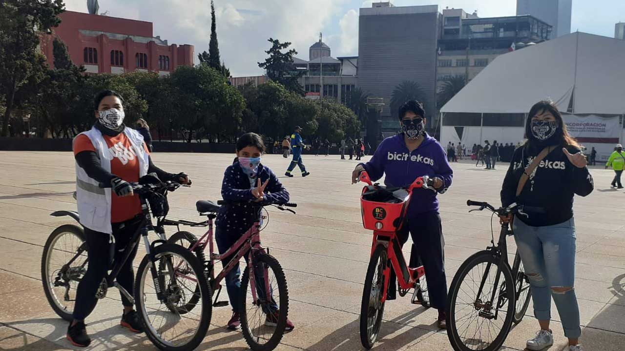 Refugiadas afganas se pasean en bici por las calles de la CDMX