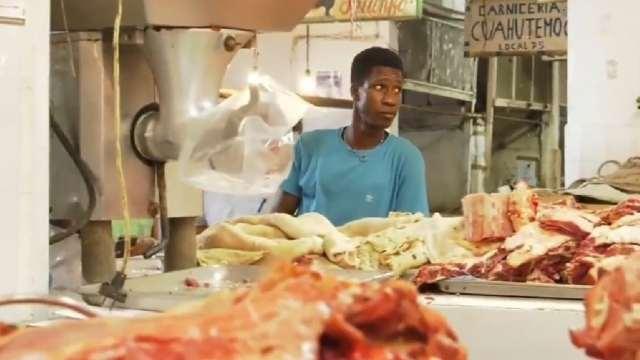 Haitiano desiste en llegar a EU y consigue trabajo como traductor en carnicería de Tapachula, Chiapas