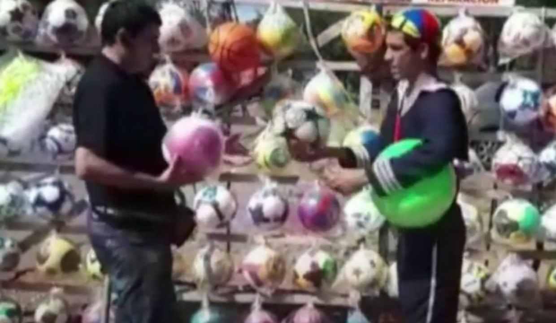 """Joven se costeó sus estudios vendiendo pelotas disfrazado de """"Kiko"""". Se graduará de tres carreras"""