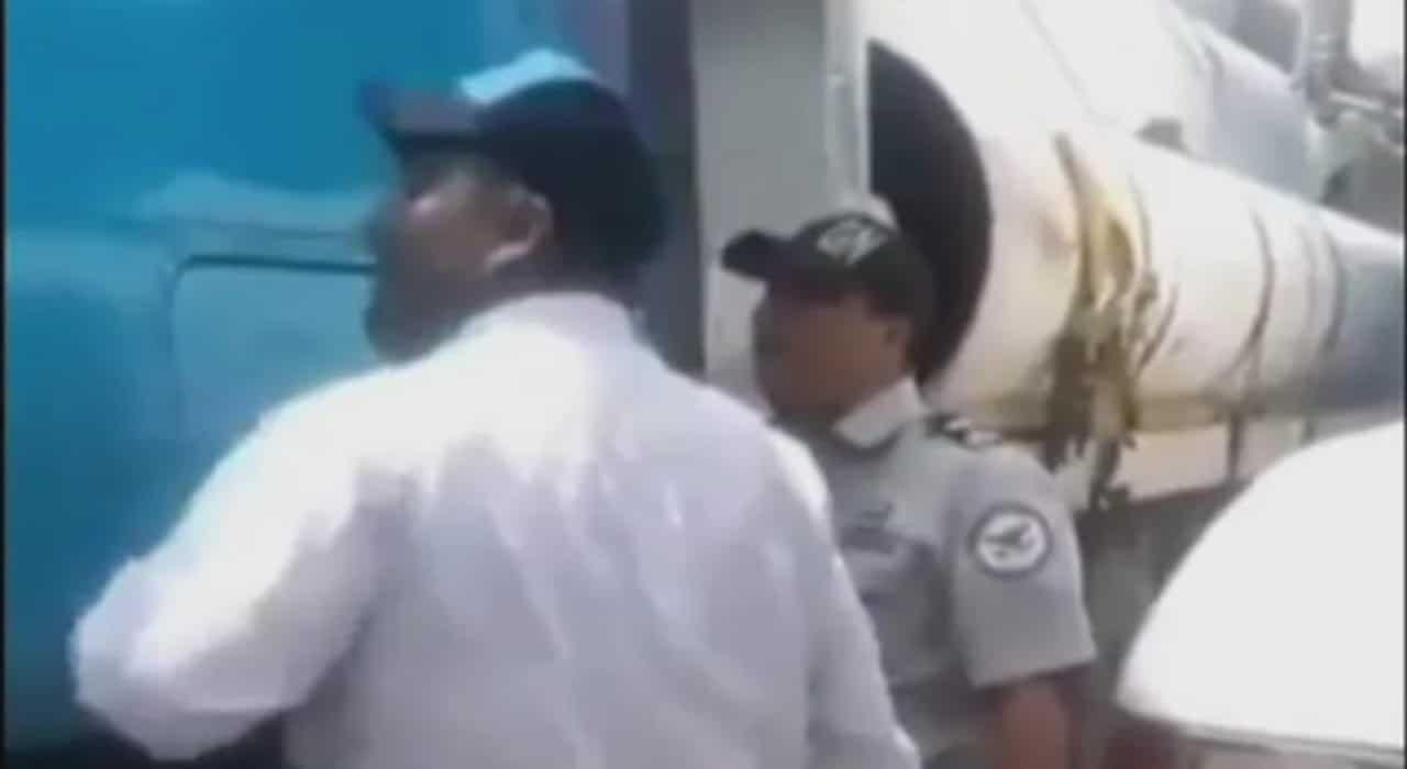 Video Exponen a agente de la Guardia Nacional por supuesta extorsión
