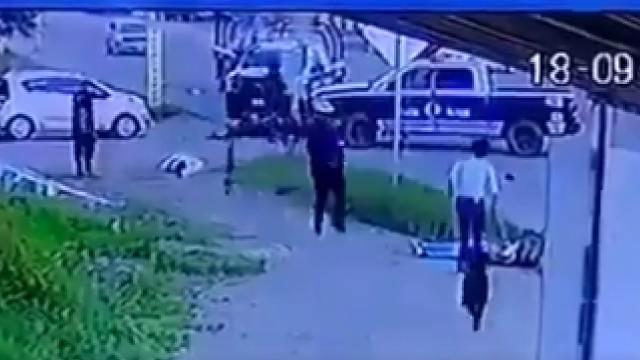 Policías embistieron una motocicleta