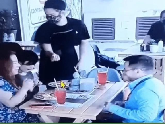 """""""Gorrones"""": Exhiben a familia de CdMx por poner cabello en su comida para no pagar en restaurante"""