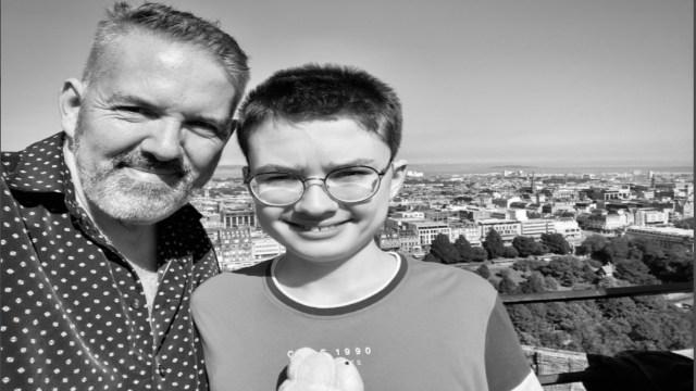 Felicitan en redes a niño con autismo en su cumpleaños