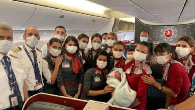 Mujer dio a luz en un avión