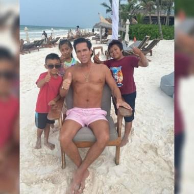 """Critican a Roberto Palazuelos por fotografía """"whitexican"""" con niños de Tulum"""
