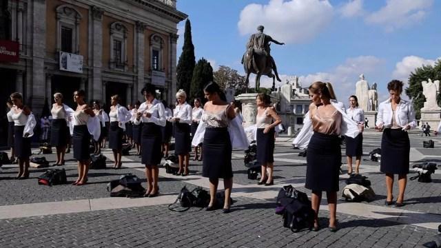 Video: Azafatas se desnudan en centro de Roma en protestan por cierre de aerolínea