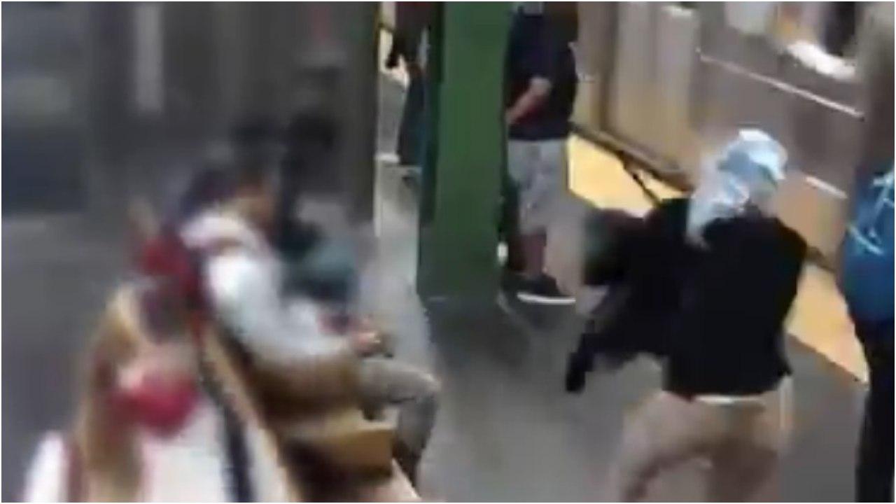 Video: Mujer es lanzada por otra a las vías del metro de NY, se salva por poco