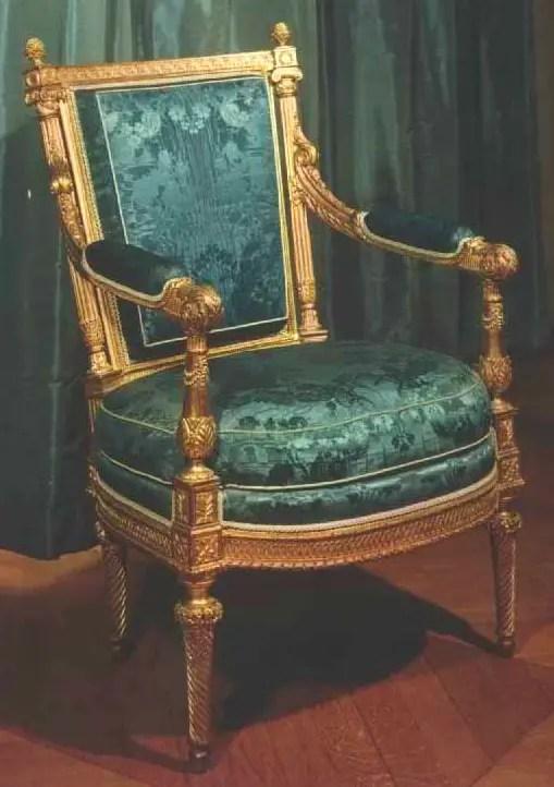 Sièges dorés capitonnés en vert émeraude (salon de thé de Compiègne)