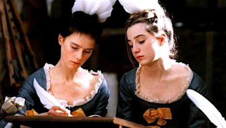 Deux pensionnaires de Saint-Cyr (Morgane Moré et Nina Meurisse), Anne de Grandcamp et Lucie de Fontenelle, dans le film « Saint-Cyr » de Patricia Mazuy - 1999
