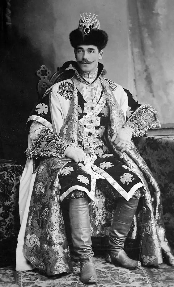 Le grand-duc Michel Alexandrovitch, jeune frère de Nicolas II et héritier du trône, en costume de tsarévitch