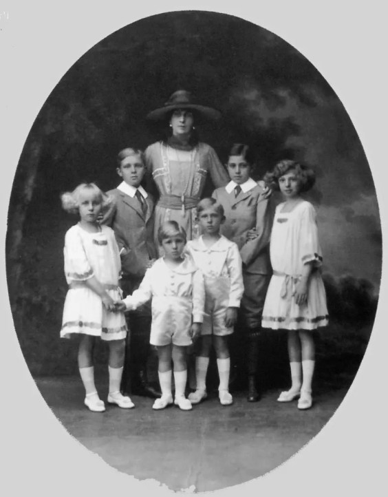 La Reine d'Espagne Victoire-Eugénie, surnommée Ena, et ses six enfants