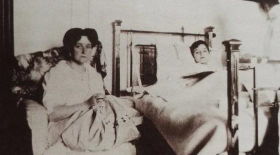 La tsarine Alexandra veille sur son fils convalescent en 1912