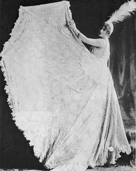 "Anna dans sa fameuse ""robe paon"" dans Follow Me en 1916 - Isola Family"