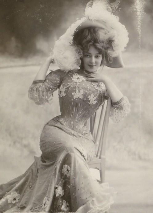 Anna Held dans The little duchess (Album Reutlinger vol.12 - Gallica BNF)