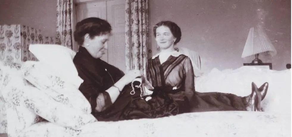 Olga tient compagnie à sa mère, vers 1914/1915