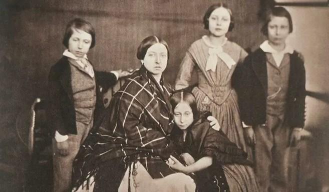 Victoria et ses quatre aînés (Vicky, Bertie, Alfred et Alice) en 1854 - Royal Collection