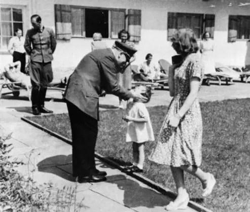 Hitler et Eva Braun avec la petite Ursula Scheider, fille d'une amie de la maîtresse de maison