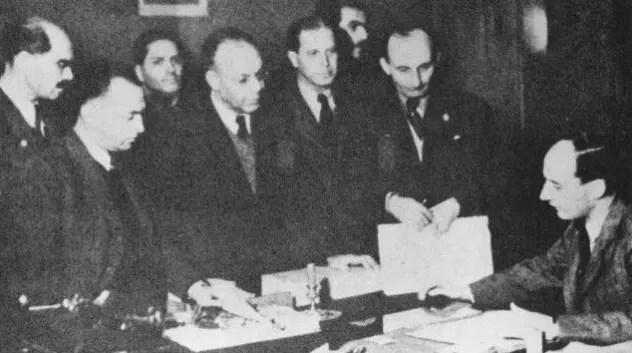 Raoul Wallenberg (à droite) à l'Ambassade de Suède, en train de délivrer des passeports de sûreté (date inconnue)