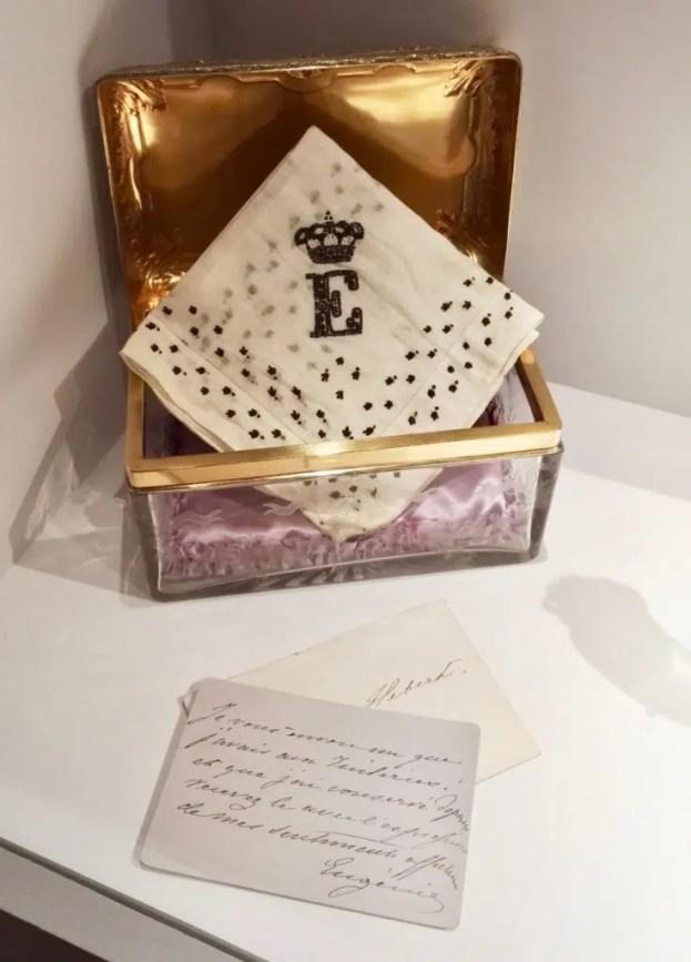 Mouchoir de deuil de l'Impératrice Eugénie et son écrin - Maison Leroy, dentelle, soie, cristal gravé - Musée Hébert, Paris