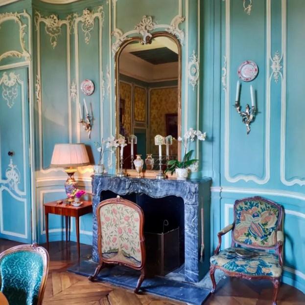 Le Salon bleu de style Louis XV au château de Fléchères
