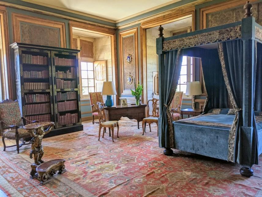 L'une des chambres du château (les murs sont recouverts de cuir de Cordoue)