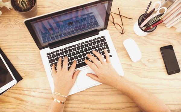Les mains de Claire sur le clavier de l'ordinateur