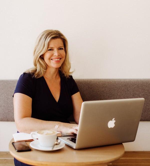 Portrait de Claire Pimenta de Miranda avec son ordinateur portable