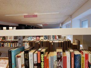 Les étagères ne bloquent jamais la vue. A noter : le fonds en anglophone est énorme