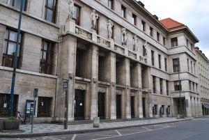 La façade de la bibliothèque conçue par l'architecte František Roith dans les années 1920.