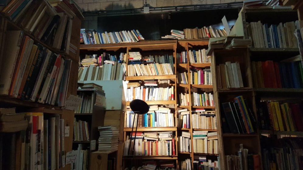 des livres jusqu'au plafond