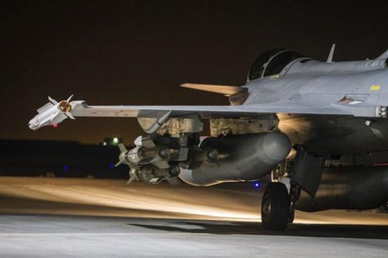 Un avión francés de combate despega de una base en el Golfo