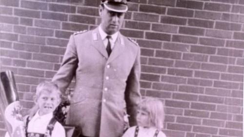 Johannes Kramer, en uniforme del Bundeswehr, con su hijo Andreas y una de las dos hermanas de éste