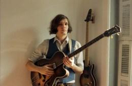 El nuevo proyecto alterno del bajista de The Strokes, Summer Moon presentó el video de su primer sencillo. Cúsica Plus