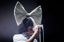 """Sia presenta el lyric video de """"Never Give Up"""", su aporte al soundtrack de 'Lion'. Cusica Plus"""