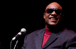"Stevie Wonder acompaña a un músico callejero para cantar ""Superstition"". Cusica Plus"