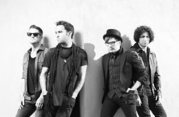 Fall Out Boy toma por sorpresa salas de cines en Chicago. Cusica plus.