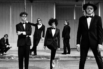 Arcade Fire hacen una sesión improvisada en un vestíbulo. Cusica plus.