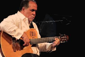 "Aquiles Báez toma su guitarra para criticar a aquellos que ""Están cortando la flores"". Cusica plus."
