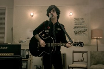 Billie Joe Armstrong de Green Day se presentó como solista en 'Fallon'. Cusica Plus.