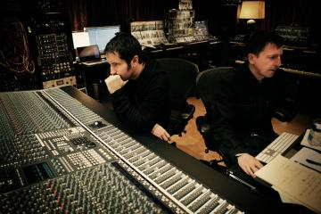 Trent Reznor & Atticus Ross musicalizan la guerra de Vietnam. Cusica plus.