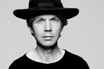 """Beck interpretó """"Up All Night"""" en el programa de Jimmy Fallon. Cusica Plus."""
