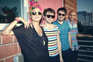 Bomba Estéreo lleva a Arcade Fire a una fiesta tropical en su remix de Everything Now. Cusica plus.