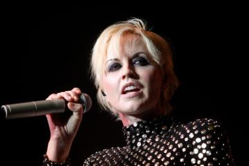 Dolores O'Riordan de The Cranberries murió ahogada por intoxicación de alcohol. Cusica Plus.
