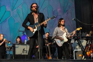 "Father John Misty y Beck interpretaron juntos ""Where It's At"" en el FJM de California. Cusica Plus."