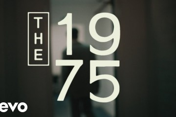 "The 1975 comparte videoclip de su tema ""It's Not Living (If It's Not With You)"". Cusica Plus."