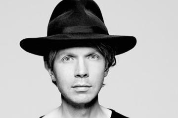 "Beck interpreta ""Tarantula"" en vivo con Gustavo Dudamel. Cusica Plus."