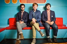 "Two Door Cinema Club marca su regreso con el nuevo tema ""Talk"". Cusica Plus."