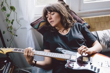 "Courtney Barnett comparte su nuevo tema ""Everybody Here Hates You"". Cusica Plus."