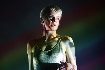 "Robyn se va de fiesta en Ibiza en el video de ""Between The Lines"". Cusica Plus."