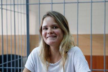 Miembro de la banda Pussy Riot, es detenida en Moscú. Cusica Plus.
